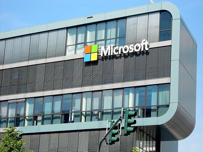 "<span id=""hs_cos_wrapper_name"" class=""hs_cos_wrapper hs_cos_wrapper_meta_field hs_cos_wrapper_type_text"" style="""" data-hs-cos-general-type=""meta_field"" data-hs-cos-type=""text"" >¿Qué me ofrecen las 3 nubes de Microsoft?</span>"